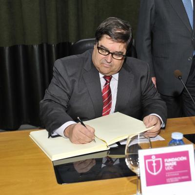 El Rector, Julio Abalde, firma el Libro de Honor de la Cátedra