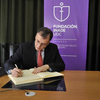 El ponente del acto, Sergio Gómez, firma el Libro de Honor de la Cátedra