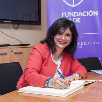 Lourdes Freiría firma el Libro de Honor