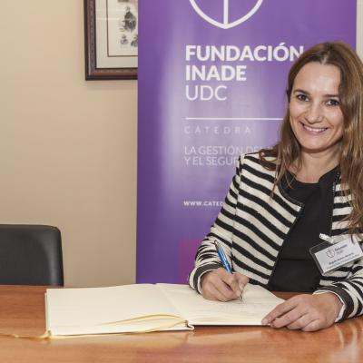 Begoña García firmando el Libro de Honor de la Cátedra
