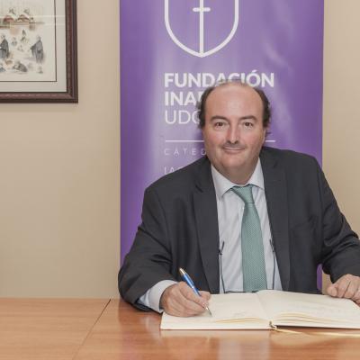 Álvaro Satrústegui firmando el Libro de Honor de la Cátedra