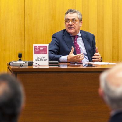 é Luis Ayo, Director de Responsabilidad Civil y Accidentes de ZURICH CORPORATE, presentó las líneas generales de las soluciones ofrecidas por la industria aseguradora en este tipo de casos