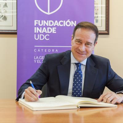 Juan Manuel Negro firma en el Libro de Honor de la Cátedra