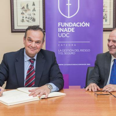 Javier Mollá firma el Libro de Honor de la Cátedra
