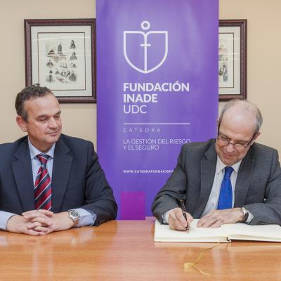 Pedro J. Ortiz firma el Libro de Honor de la Cátedra