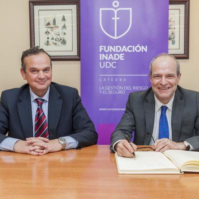 Javier Mollá y Pedro J. Ortiz tras firmar el Libro de Honor