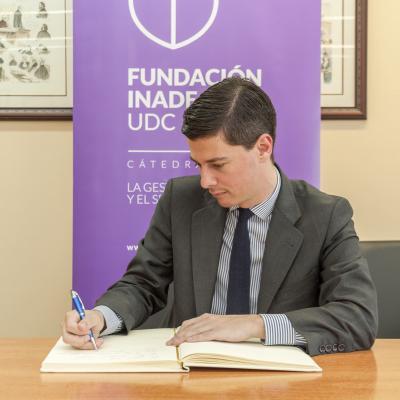 Manuel Contreras firmando en el Libro de Honor de la Cátedra Fundación Inade -UDC