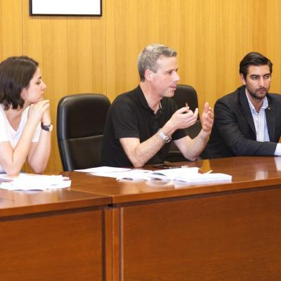 Fernando Peña presentando al Presidente de la Junta Directiva de los Alumni