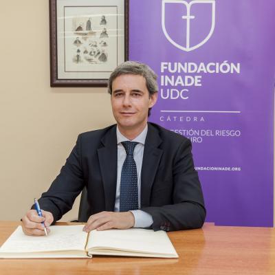 José Luis Lorenzo Cantero firmando en el Libro de Honor de la Cátedra