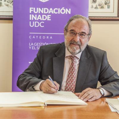 Alejandro Izuzquiza firmando el Libro de Honor de la Cátedra
